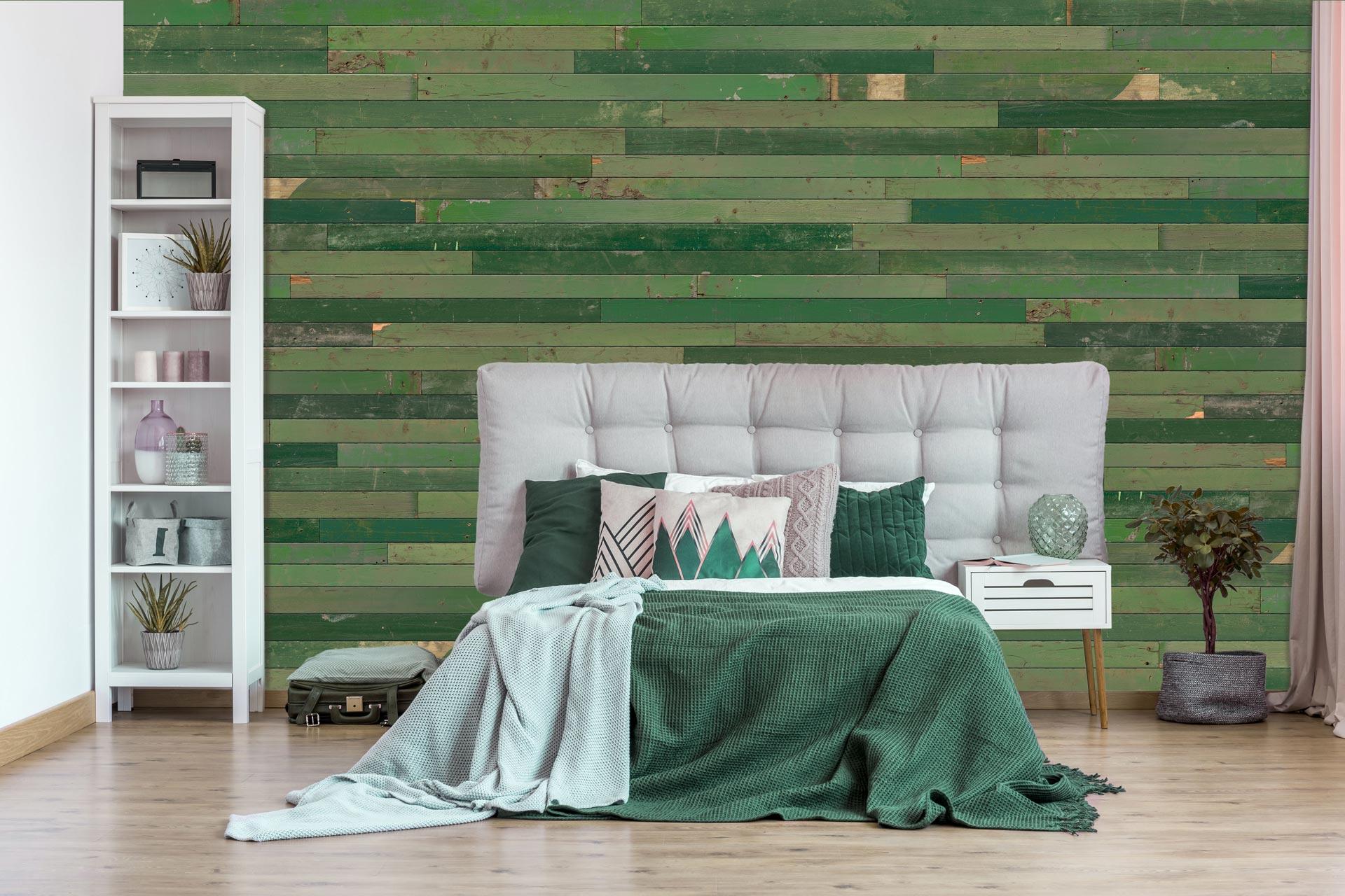 Grüne Wandverkleidung im Schlafzimmer