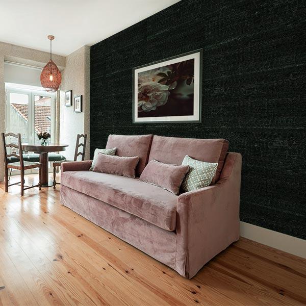 Wohnraum mit Wandverkleidung in verbrannter Holz Optik