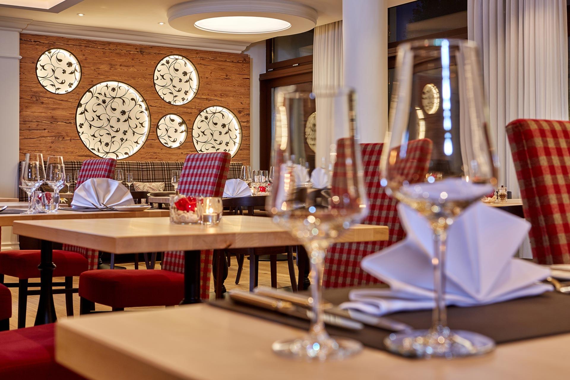 Hotel Renovierung mit urigen Altholz-Optik 3-Schichtplatten