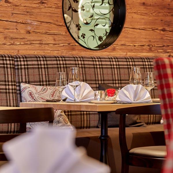 Hotelbau mit Altholz-Dekor-Platten