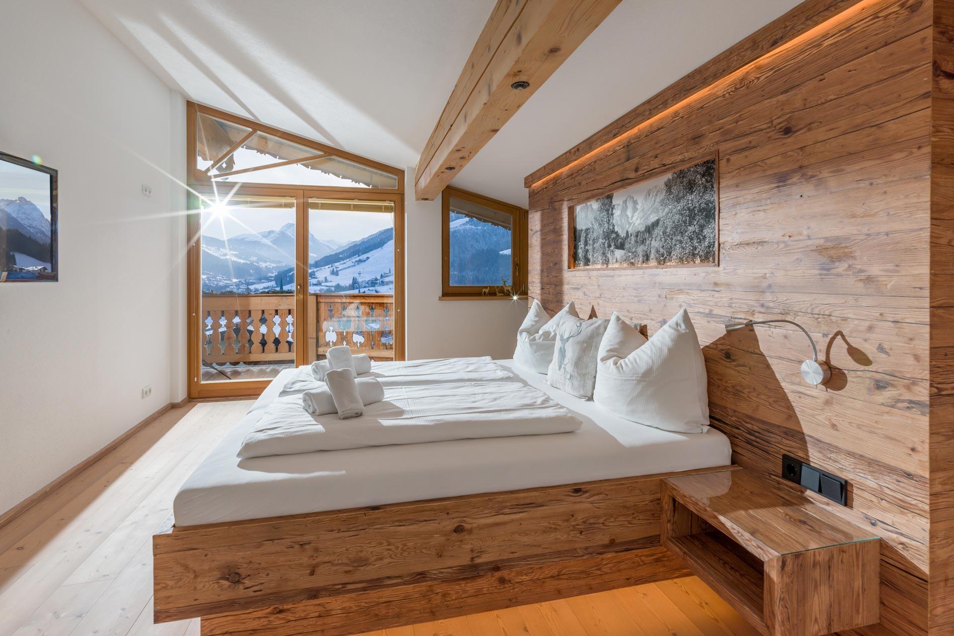 Ein Schlafzimmer im Chalet Stil mit Altholz Look
