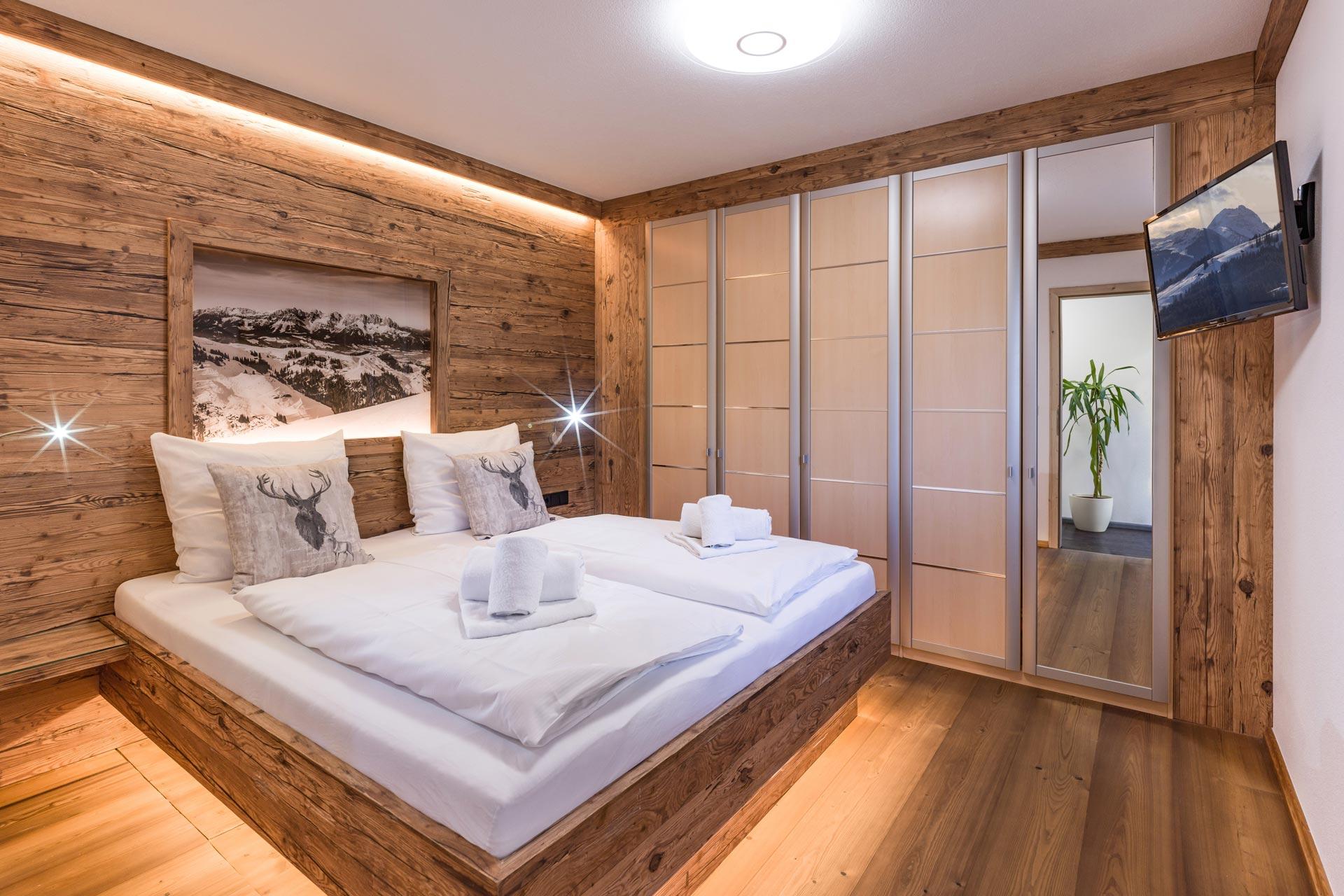 Möbelbau mit flexibelen Altholz Design 3-Schichtplatten