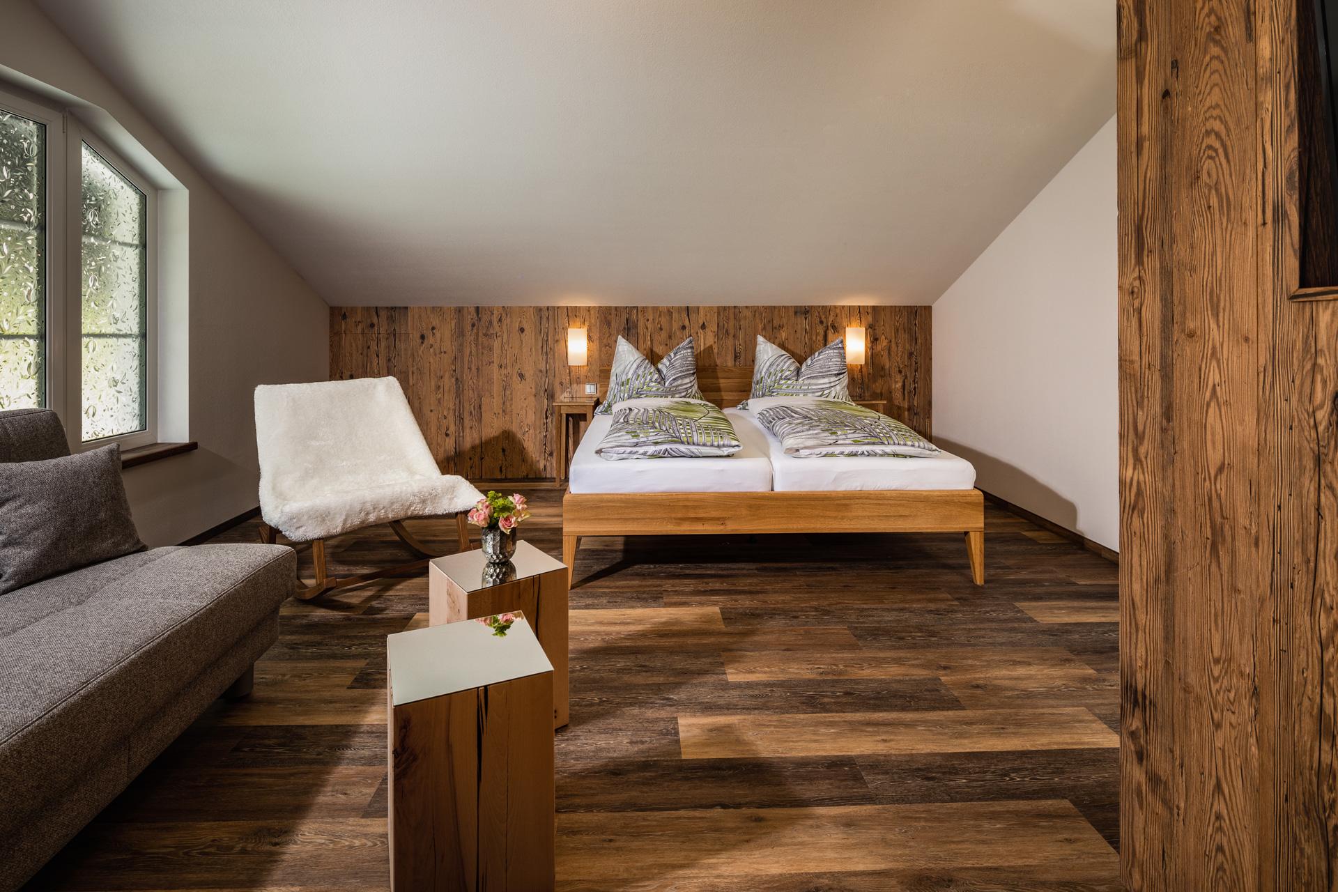 Schlafzimmer mit uriger Holzrückwand
