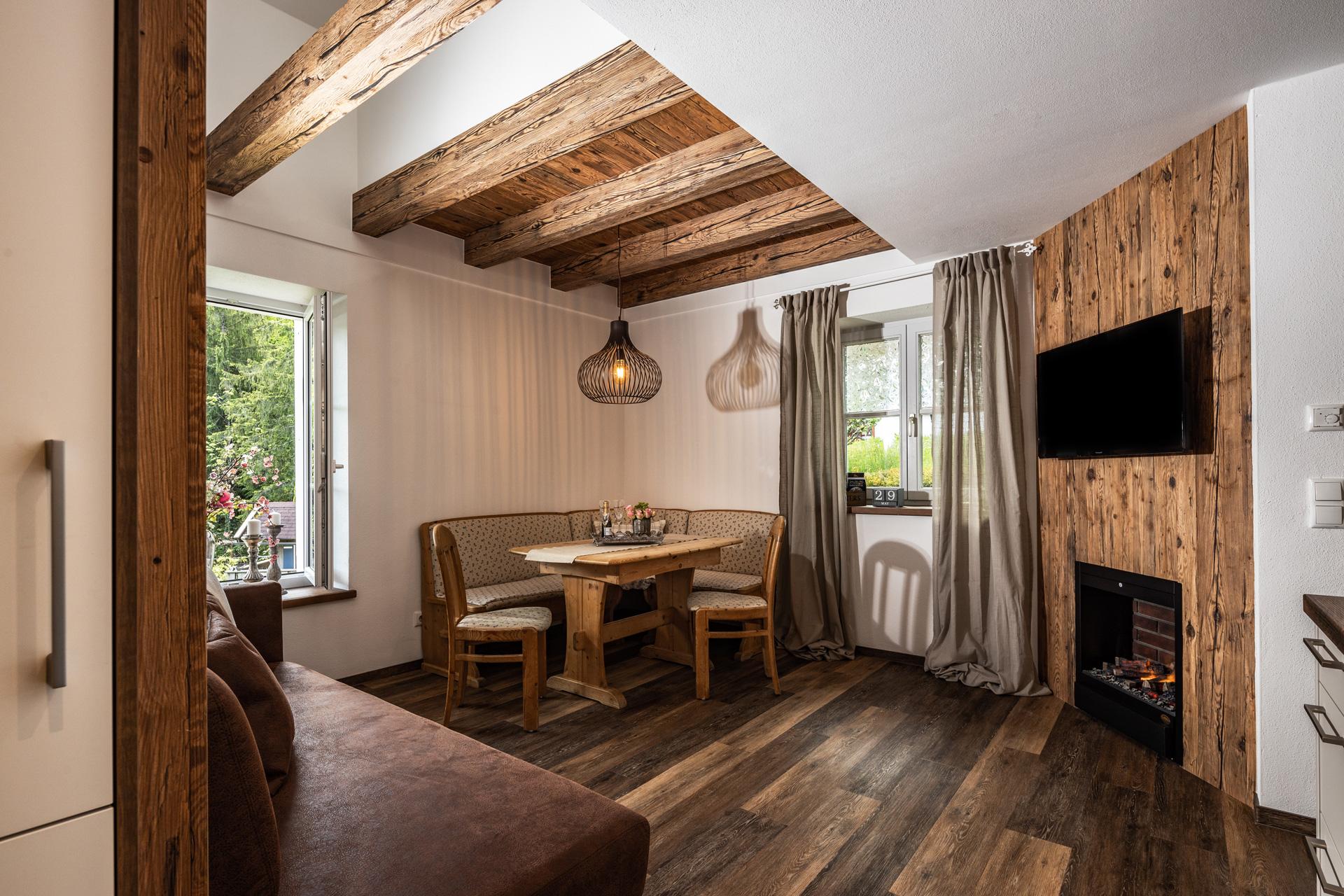Wohnraum mit Wand- und Deckenverkleidung im Design TIROL 02
