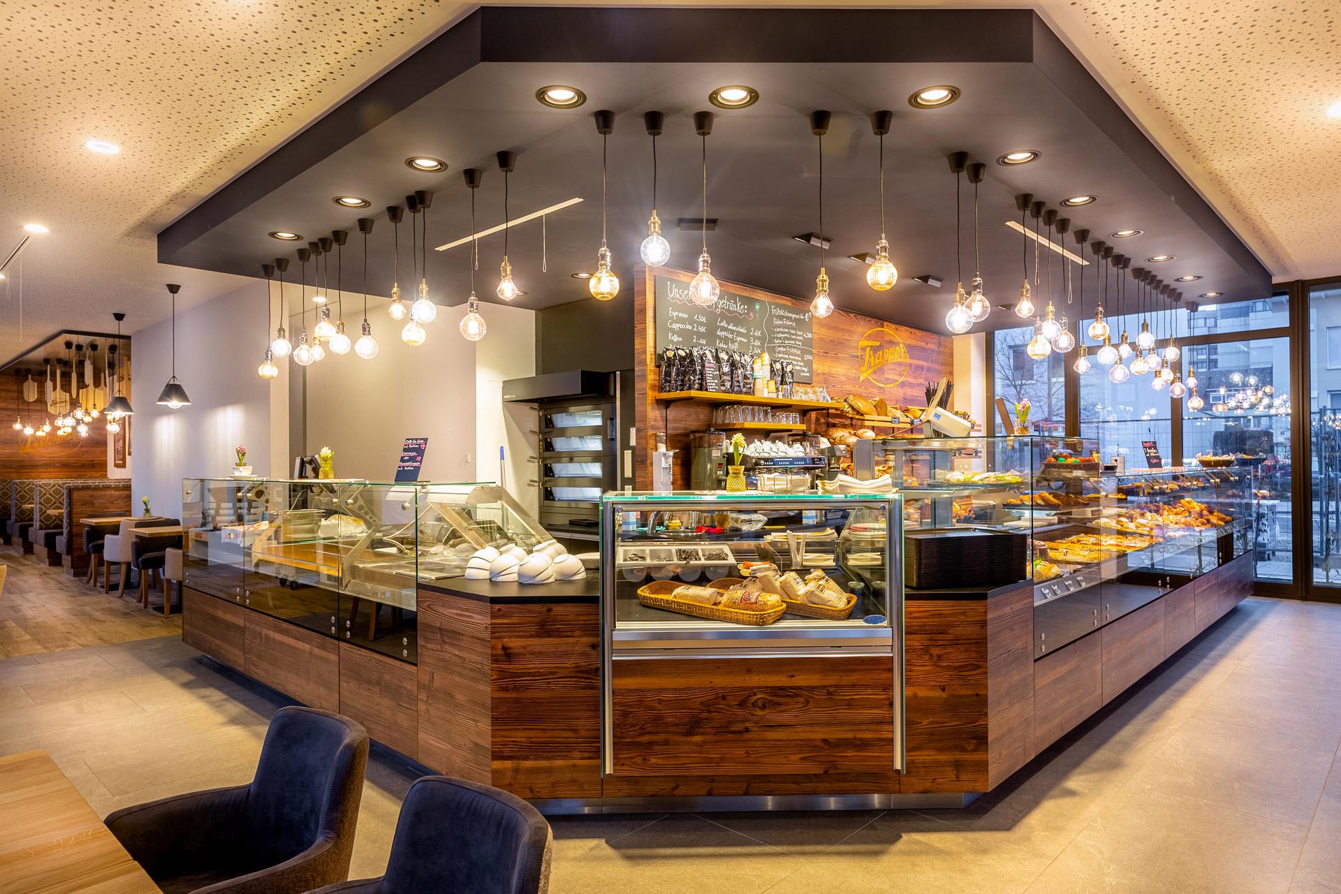 Verkaufstresen einer Bäckerei im Altholzdesign