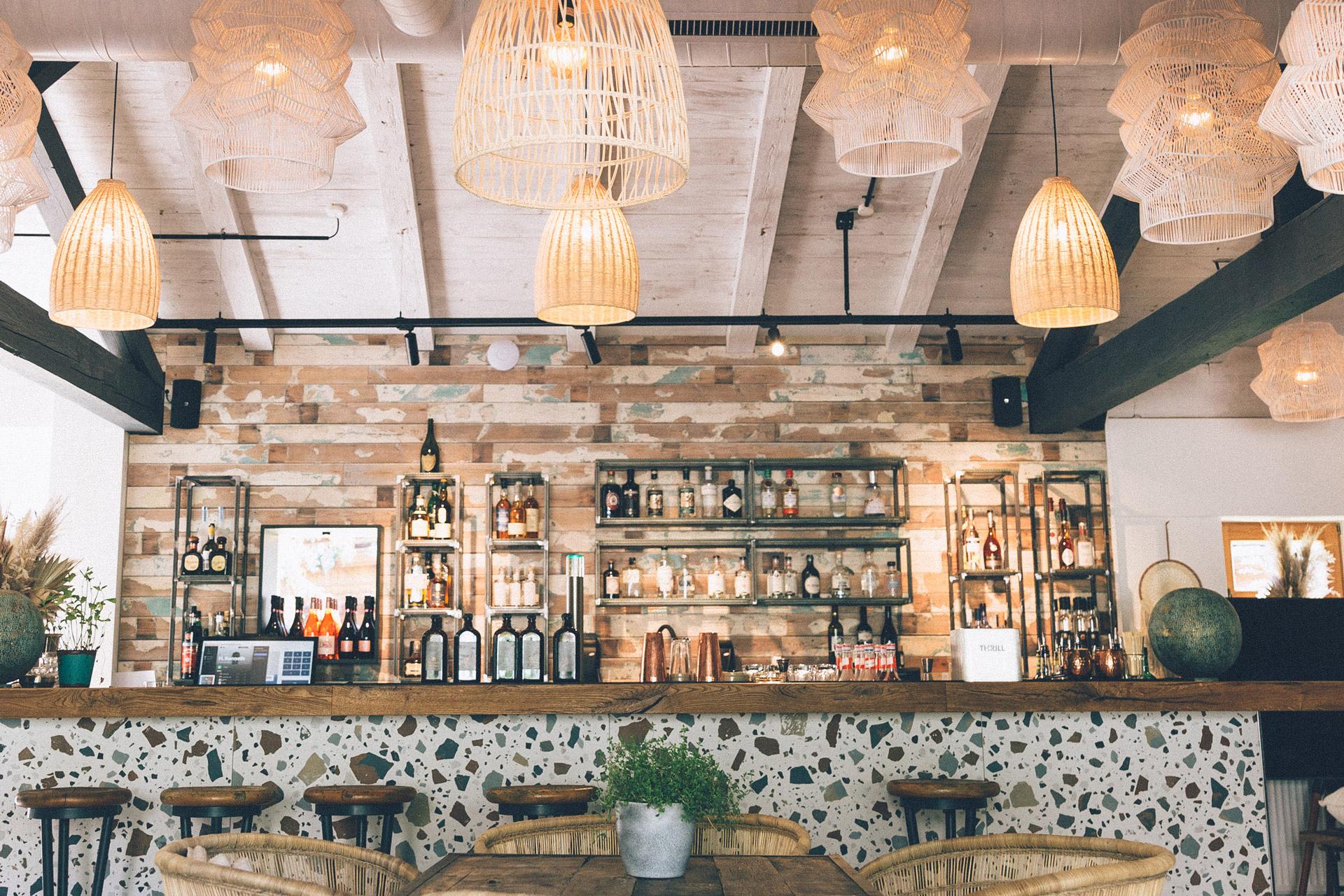 Bar einrichten mit buntem Holz